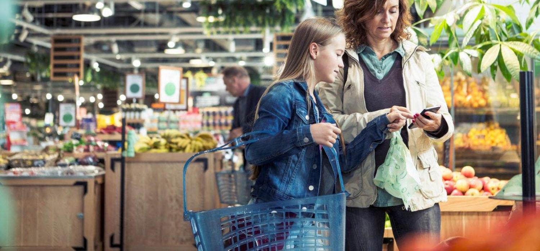 Maaltijd plannen - Moeder en dochter doen boodschappen